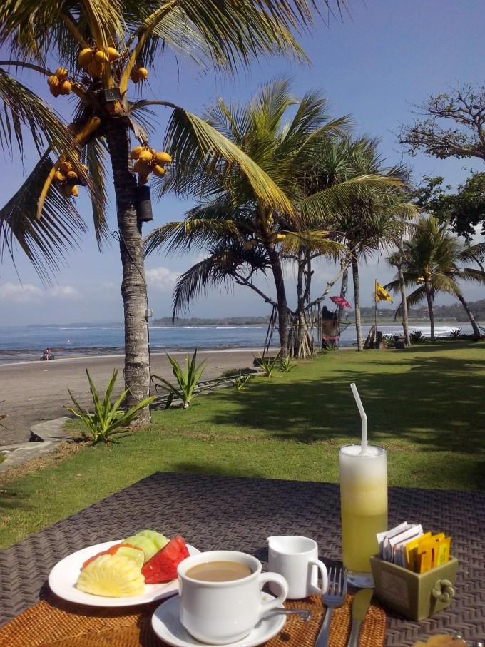 回到酒店刚好能赶上早饭,坐在椰子树下,海滩近在咫尺,来一杯新鲜的