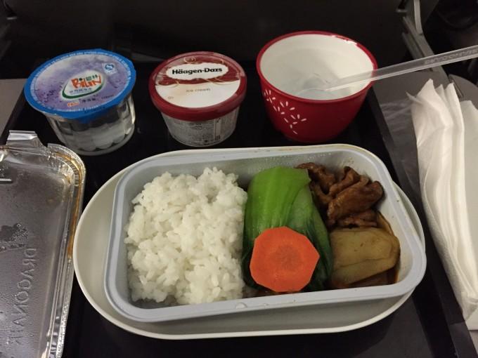 港龙的飞机餐很不错,米饭有肉有很新鲜的青菜