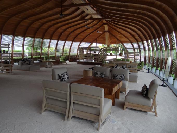 大堂内是白沙铺地,装饰设计凸显木质简约,给人很清爽舒服的感觉 大堂