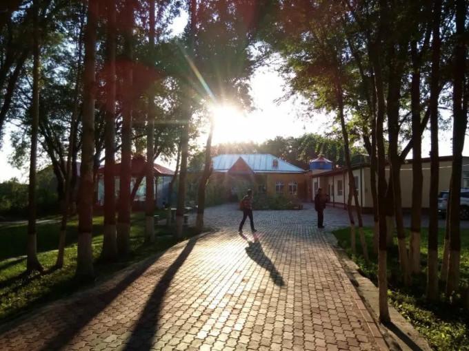 2015年9月4日----20日,与大学同学结伴同行,畅游天山南北,行程7000余公里,造访18个市、县,拜会十五位新疆同学。一路感受新疆同学豪情厚意;领略梦魅已久的异样风光;品味新疆名馔;饱尝奇甜无比的瓜果,给心灵和味蕾邂逅一次旅行。 新疆地处亚洲大陆地理中心,拥有中国六分之一的国土面积,幅员辽阔,地大物博,山川壮丽,瀚海无垠,古迹遍地,民族众多,民俗奇异,是举世闻名的歌舞之乡、瓜果之乡、黄金玉石之邦。 新疆的疆字,形象地概括了新疆的地貌,左半边有三横和两个田字,三横代表三座东西走向横贯新疆的山脉,北