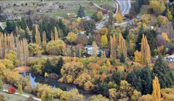 秋天小镇风景图片壁纸