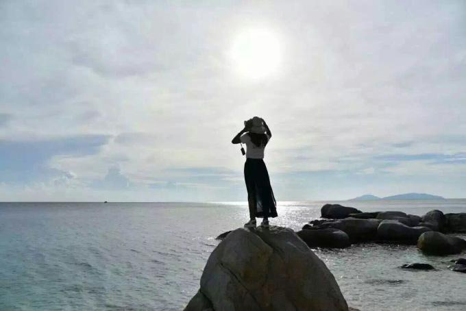 浪中岛是电影《夏日乐悠悠》的拍摄地,也因为这部电影,受到越来越多国人的关注。浪中岛位于马来西亚西马丁加奴州登嘉楼外海45公里处,这里不但海岛景色美丽、环境清幽,细腻如珍珠粉末的沙滩,清澈见底的海岛,水下生态保护非常好,因为每年的11月来年的4月,都是封岛期,海洋生物们更好的得到了休养生息。 浪中岛海域不但有非常棒的潜水环境,同时因为紧邻热浪岛海洋生态公园,10米以上的能见度,更成为世界级的潜水胜地。附近的停泊岛和棉花岛,更是有媲美仙本那海域的众多潜点。 停泊岛:围绕大小停泊岛有 20 多个潜点,这里有各种