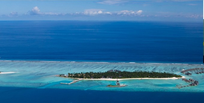 岛上拥有天然的纯白色沙滩和清澈的绿松石色礁湖,海岛不远处的一串无
