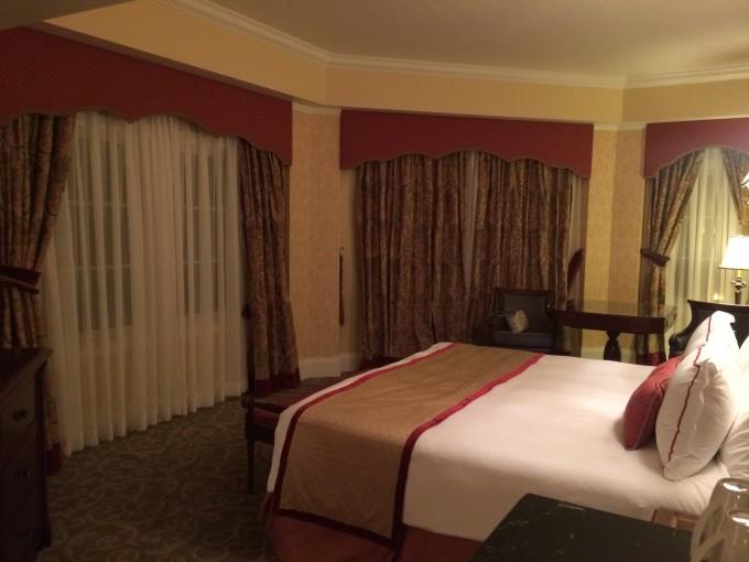 欧式红木家具,欧式挂画,欧式墙纸,镜子边框是七个小矮人和白雪公主,水